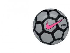 Właściwości: Halówka Nike Menor posiada tradycyjny niski kozioł, który ułatwia grę na hali oraz gwarantuje wyjątkowy dobry kontakt i kontrolę. Odporna na ścieranie powłoka wydłuża żywotność piłki, a kontrastowy wzór graficzny zapewnia jej dobrą widoczność nawet w zaciemnionych pomieszczeniach. Piłka halowa Nike Menor jest szyta maszynowo.   #Football #PiłkaNożna #Piłka #Ball #Futsal #Hala