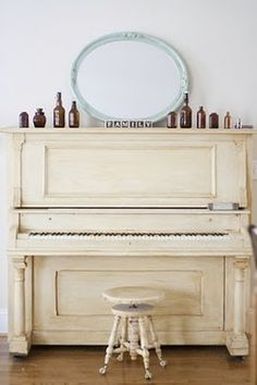 OLD, chippy, off-white upright piano! the chair makes this piano BEAUTIFUL! Painted Pianos, Painted Furniture, Funky Furniture, Vintage Furniture, Pianos Peints, Vieux Pianos, White Piano, Ivory Piano, Mid-century Modern