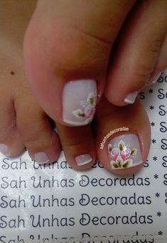 Não há como não gostar de rosas. E o nosso amor por esta flor também é revelado nas unhas decoradas. As unhas decoradas com rosas são bonitas e delicadas, além de serem elegantes. Você pode trabalhar as rosas em suas unhas de diferentes maneiras. Veja os exemplos abaixo! Rosas na filha Única Desenho de rosas… Toe Nail Designs, Toe Nails, Nail Art, Erika, Triangles, Roses, Facebook, Elegant Nails, Nail Art Designs