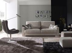 Sofá EGOS de Frajumar, de 1, 2, 3 y 4 plazas. Opcionalmente con asiento y respaldo deslizantes, chaise longue y módulo rinconero. 2 anchos de brazos y 2 modelos de patas de madera. Distintas medidas y tapicerías.