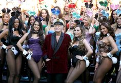 Hugh Hefner (C) poses with Playboy Bunnies Playmate of the Year 2013 Raquel Pomplun L) and Miss December 2009 Crystal Hefner R) at Playboy's Anniversary special event on January 2014 in Los Angeles, California. Marilyn Monroe, Crystal Hefner, Holly Madison, Hugh Hefner, Unique Costumes, Playboy Bunny, Halloween Disfraces, Couple Halloween Costumes, Celebs