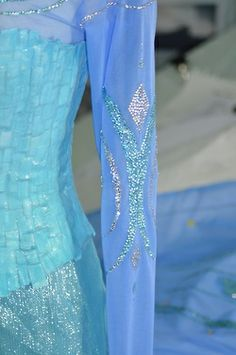 This is the kind of detail I need to add on my Elsa cosplay. It's nearly finished!