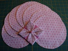 Modified Cathedral Window - quilt square - Fold a circle into a square--I wonder if this could make a two-sided throw quilt? Quilting Tips, Quilting Tutorials, Quilting Projects, Quilting Designs, Sewing Projects, Fabric Crafts, Sewing Crafts, Cathedral Window Quilts, Cathedral Windows
