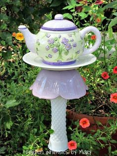 Wonderful Teapot Birdhouse Ideas For Outdoor Decor 19 A garden is a piece of land that's used to grow flowers, vegetables, or other plants. Your grandmother might be so proud of her rose garden that she gives every visitor a tour of it. Garden Totems, Glass Garden Art, Garden Stakes, Glass Art, Garden Path, Garden Crafts, Garden Projects, Teapot Birdhouse, Birdhouse Ideas