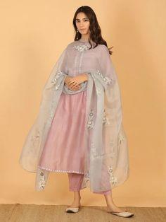 - Source by dayozuri - Pakistani Dresses Casual, Pakistani Dress Design, Indian Attire, Indian Ethnic Wear, Stylish Dresses, Simple Dresses, Casual Summer Dresses, Casual Dresses For Women, Moda Indiana