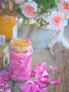 Rose petals with bee pollen Bee Pollen, Rose Petals, Preserves, Mason Jars, Recipies, Homemade, Table Decorations, Blog, Diy Stuff