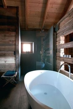 très jolie séparation entre salle de bains et la chambre en claire-voie