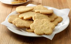 1. Rozgrzać piekarnik do 190°C. Nasmarować blachy tłuszczem i/lub wyłożyć je papierem do pieczenia. ...