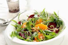 Salată de sfeclă roșie cu brânză feta, fistic și dressing de rodie.