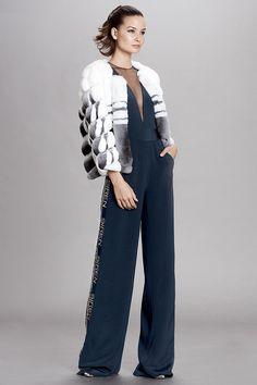 Dennis Basso Pre-Fall 2018 Fashion Show Collection Fur Fashion, Fashion News, High Fashion, Fashion Outfits, Fashion Trends, Fashion Lookbook, Fashion Inspiration, Dennis Basso, Autumn Fashion 2018