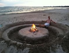 Get a group to help and create this amazing sand sitting circle with firepit for your next beach party! @TheDailyBasics ♥♥♥