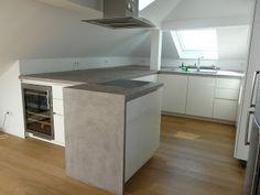 Die Küchen-Arbeitsplatte in der Beton-Optik, haben wir aus Kerdi ...