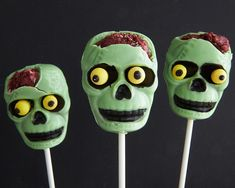 "So want to try making these, love it and I already have the mold! Zombie Cake Pops with Red Velvet ""Brains"" - Halloween - Projects Cakegirls Halloween Zombie, Cute Zombie, Zombie Party, Adult Halloween Party, Easy Halloween, Halloween Projects, Zombie Food, Halloween Desserts, Halloween Cake Pops"