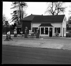Gulf gas station, Louisville, Kentucky, 1939. :: Royal Photo Company Collection
