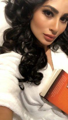 Mouni❤Roy Actress Pics, Best Actress, Mauni Roy, Mouni Roy Dresses, Iron Man Wallpaper, India Beauty, Beauty Queens, Hd Photos, Beautiful Actresses