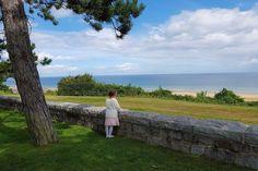 Als je in Normandië op vakantie bent kan je niet heen om de geschiedenis die het begin van de einde van WO2 vormde. Met de kinderen bezochten we onder andere Omaha Beach, de Amerikaanse &  Duitse begraafplaats en Pointe du Hoc. Wat er uit ziet als een klein paradijs heeft een geschiedenis die nooit vergeten mag worden. https://www.mamaliefde.nl/blog/omaha-beach-invasiestranden-frankrijk-kinderen/