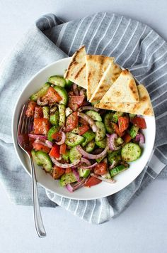 Fattoush Salad - A simple & easy Middle Eastern salad that's piled high with fresh veggies & leaves you feeling healthy & satisfied. Easy Healthy Dinners, Healthy Dinner Recipes, Healthy Snacks, Healthy Eating, Eating Vegan, Vegan Food, Appetizer Recipes, Clean Eating, Appetizers