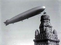 Zepeling sobrevolando el Palacio Salvo en 1934, Montevideo, Uruguay.