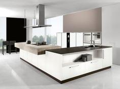 """Cucina angolare moderna finitura bianco """"seta"""" con piano di lavoro piastrellato."""