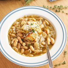 This Crock Pot White Bean French Onion Soup is a super easy twist on French Onion Soup that& vegetarian and made in the slow cooker! Enchiladas, Crockpot French Onion Soup, Cupcakes, Artisan Bread, White Beans, Crockpot Recipes, Delicious Recipes, Soup Recipes, Salad Recipes