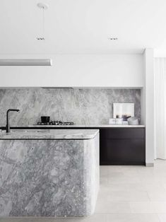 Within the narrow layout (earning the home its ironic name of Broad Residence), Baldwin & Bagnall designed a kitchen covering two areas. Home Interior, Interior Design Kitchen, Kitchen Designs, Scandinavian Interior, Classic Kitchen, Minimal Kitchen, Cocinas Kitchen, Stone Kitchen, Rustic Kitchen