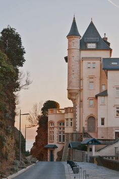 La villa Belza à Biarritz Villa, Ville France, Biarritz, Destination Voyage, Gap Year, France Travel, Art And Architecture, Travel Guides, Places To Visit