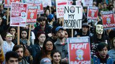"""Miles de personas salieron a las calles en varias ciudades de Estados Unidos para mostrar su frustración por la victoria de Donald Trump.""""No es mi presidente"""". """"Hoy no"""", gritaban los manifestantes decepcionados con el resultadoLa mañana después del día de las elecciones los demócratas lidiaban con una mezcla de shock y tristeza.Donald Trump sería el próximo presidente de Estados Unidos. Para miles, la decepción se convirtió en protesta cuando algunos..."""