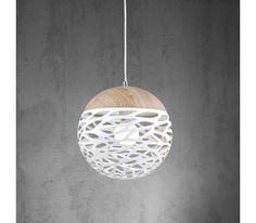 Dieser Artikel ist NUR ONLINE erhältlich! Sorgen Sie für gemütliche Beleuchtung in Ihrem Zuhause mit dieser dekorativen Hängeleuchte. Die Hängeleuchte aus Metall in Weiß punktet mit einer ansprechend gestalteten Oberfläche und passt in viele Wohnbereiche. Sie hat einen Durchmesser von ca. 30 cm und ist ca. 120 cm hoch. Die Leuchte ist für 1 Leuchtmittel E27 (EEZ-Klasse A   bis E) mit einer maximalen Leistung von 60 Watt ausgelegt. Das passe