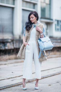 Outfit mit weißem Jumpsuit im Culotte Style von Closet London, fake fur Weste von Zara, hellblauer Rucksack und hellblaue Pumps | OOTD | Streetstyle | Julies Dresscode Fashion Blog | https://juliesdresscode.de