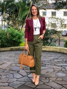 Outfit Pantalon Vino, Outfits Pantalon Verde, Modern Outfits, Colourful Outfits, Stylish Outfits, Fashion Outfits, Summer Work Outfits, Office Outfits, Clueless Outfits