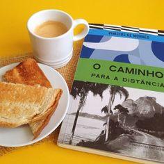 Tomando meu café com a companhia do Vininha. www.camilanacozinha.com