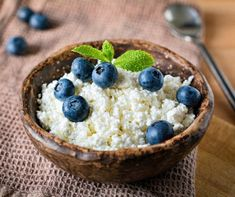 Farmers cheese, cottage cheese or quark - healthy homemade dairy product for breakfast. Dinner Recipes For Kids, Healthy Dinner Recipes, Kids Meals, Snack Recipes, Snacks, Country Breakfast, Breakfast Toast, Farmers Cheese, Healthy Recipe Videos