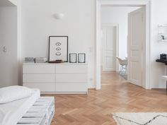 All White! Foto von Mitglied traumzuhause #solebich #interior #einrichtung #inneneinrichtung #deko #decor #bedroom #bed #parquet #whitebedroom #schlafzimmer #weißesschlafzimmer #parkett #weißemöbel #whitefurniture #dresser #chestofdrawers