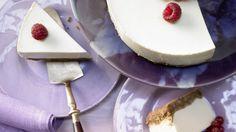 Aus dem Kühlschrank: Frischkäse-Joghurt-Torte mit knusprigem Keksboden   http://eatsmarter.de/rezepte/frischkaese-joghurt-torte