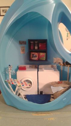 Laundry room in a detergent bottle Vitrine Miniature, Miniature Rooms, Miniature Crafts, Barbie Furniture, Dollhouse Furniture, Detergent Bottle Crafts, Laundy Room, Minis, Diy Crafts For Girls