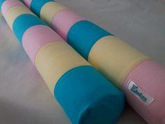 Rolo para lateral de berço confeccionado em tecido 100% algodão, enchimento em espuma tubo de 10cm de diâmetro forrada em tnt. <br>Capa removível com zíper que facilita a lavagem da peça. <br> <br>*As cores podem ser escolhidas e o modelo personalizado. Consulte disponibilidade. <br>**Valor unitário.