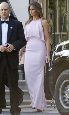 President Donald Trump and First Last Melania Trump took some time away from their White House duties to attend the wedding of Treasury Secretary Steven Mnuchin and Scottish-born actress Louise Linton Melania Trump Wedding, First Lady Melania Trump, Milania Trump Style, Malania Trump, Ivanka Trump Dress, Donald And Melania, Estilo Real, Style Icons, Evening Dresses