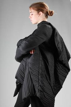 sculpture padded jacket longer on the sides in polyamide with an horizontal pleating processing - RICK OWENS