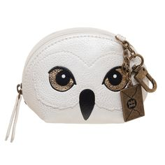 Showcase your love of Hedwig when you store all your valuables in this Harry Potter-inspired coin purse. Objet Harry Potter, Mode Harry Potter, Harry Potter Toys, Harry Potter Wall Art, Harry Potter Cosplay, Harry Potter Merchandise, Harry Potter Shirts, Harry Potter Hogwarts, Harry Potter Accessories