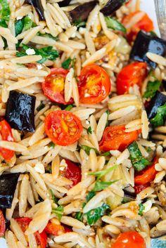 Pasta Ligera, Orzo Pasta Recipes, Feta Pasta, Pasta Dishes, Light Pasta Recipes, Salad Dishes, Orzo Salad, Caesar Salad, Vegetarian Recipes