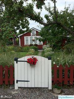 koloni,kolonistuga,kolonilott,trädgård,grind Red Cottage, Cottage Style, Jello, Little Red, Shed, New Homes, Home And Garden, Outdoor Structures, Archipelago