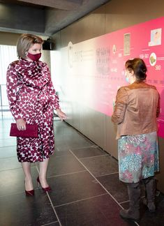 Queen Mathilde Visits Mariemont Museum in Morlanwelz — Royal Portraits Gallery Estilo Real, Museum, Blouse And Skirt, Royal Fashion, Matilda, Belgium, Queen, Lady, Gallery