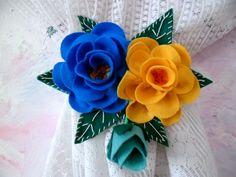 Par de prendador de cortina feito em feltro com o motivo de rosas . Lindo para decorar qualquer ambiente.Cores a combinar.Preso com fita de cetim para amarrar na cortina!