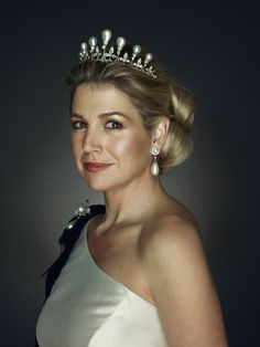 ncess Mette-Marit of Norway in 2001. She also wore the base of the tiara solo during a 2003 visit from the Italian president. The base of the tiara has also been worn without its pearls by Princess Viktoria, the wife of the