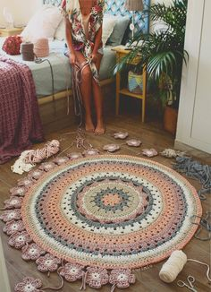 Crochet with Trapillo hand woven carpet model Camelia. Crochet with Trapillo hand woven carpet model Camelia. Motif Mandala Crochet, Crochet Rug Patterns, Chat Crochet, Crochet Round, Crochet Braids For Kids, Crochet Carpet, Crochet Home Decor, Crochet Flowers, Doilies Crochet