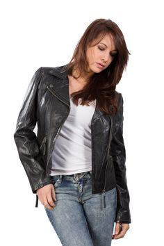 Jeans und Lederjacke