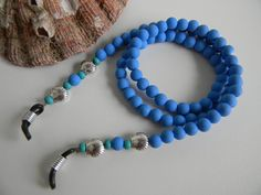 Cordinha de óculos em contas emborrachadas azul , miçangas e conchinhas de metal. Beaded Jewelry Designs, Diy Jewelry, Jewelery, Handmade Jewelry, Couple Bracelets, How To Make Necklaces, Diy Necklace, Eyeglasses, Turquoise Bracelet