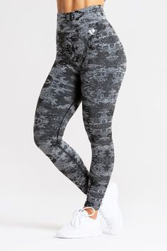 Women's Best Sportswear for Women ❤️ Reach the next level with our high-quality gym-, fitness- & sportswear ➔ check out our shop's excklusive selection! Good Woman, Camo Leggings, Black Leggings, Printed Leggings, Nylons, Camouflage, Nutrition Sportive, Sports Hoodies, Best Wear