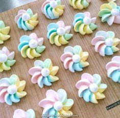 Cookies meringue baking new Ideas Meringue Kisses, Meringue Cookies, Cupcake Cookies, Cupcakes, Royal Icing Flowers, Buttercream Flowers, Royal Icing Templates, Dessert Blog, Frosting Tips