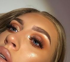 10 Ultimate Summer Makeup Trends That Are Hotter Than The Summer Days Glam Makeup, Kiss Makeup, Beauty Makeup, Hair Makeup, Hair Beauty, Glossy Makeup, Golden Eye Makeup, Makeup Trends, Makeup Inspo